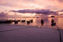 Thailand, Koh Lipe, festgemachte Langschwanzboote bei Sonnenaufgang — Stockfoto