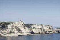 Франции, Корсики, Бонифачо, Капо Pertusato, меловые скалы с семафор на берегу моря — стоковое фото