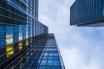 Gusanos de extrema vista de fachadas en el distrito financiero Docklands, Londres, Reino Unido - foto de stock