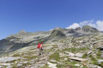 Austria, Carinthia, Obervellach, Upper Tauern, Reisseckgruppe, female hiker in front of Kammwand, Grubelwand and Riedbock — Stock Photo