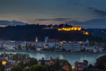 Germany, Bavaria, illuminated Oberhaus fortress with old town — Stock Photo