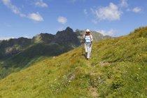 Austria, Carinthia, Carnic Alps, female hiker in the mountains — Stock Photo