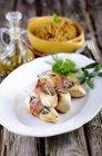 Involtini di pollo con pancetta e salvia e curry di Madras sulla piastra — Foto stock