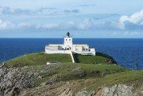 Reino Unido, Escócia, Sutherland, o ponto de Strathy farol em frente ao mar do Norte — Fotografia de Stock