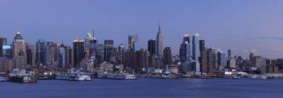 Манхеттен з Нью-Джерсі через річку Гудзон у вечірні сутінки, Нью-Йорку держава, Нью-Джерсі, США — стокове фото