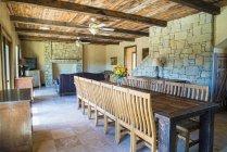 Интерьер деревянного дома деревенском стиле — стоковое фото