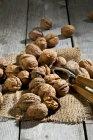 Весь і тріщинами волоські горіхи з Лускунчик і оперезана на дерев'яні таблиці — стокове фото
