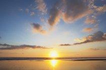 Новая Зеландия, пейзаж Piha пляж на закате — стоковое фото