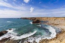 Wellen an der Steilküste, in der Nähe von Carrapetaira, Costa Vicentina, Algarve, Portugal — Stockfoto