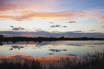 France, lagune d'eau salée avec la réflexion au coucher du soleil — Photo de stock