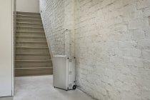 Камера поблизу сходи в приміщенні — стокове фото