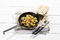 Primo piano delle uova strapazzate con Funghi enoki e cipolle in padella — Foto stock
