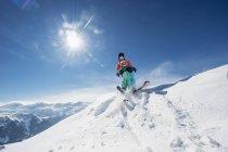 Austria, Salzburg Country, Altenmarkt-Zauchensee, Family skiing in mountains — Photo de stock