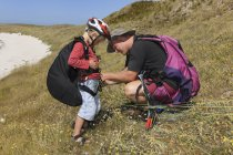 France, Bretagne, Landeda, Father and son with paraglider in dune — Stock Photo