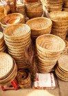Vietnã, Hoi An, pilha de cestas no mercado — Fotografia de Stock