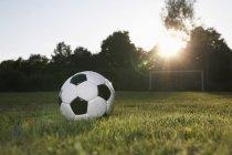 Gros plan de ballon de football sur le terrain de football — Photo de stock
