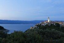Вид на старый город Врбник, Крк, Хорватия — стоковое фото
