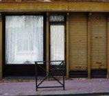 Janela da loja abandonada na rua durante o dia — Fotografia de Stock