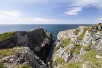 Landschaft sou Mizen Head na Irlanda contra água — Fotografia de Stock