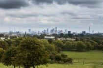 UK, London, Docklands, Découvre au parc horizon, vert sur premier plan — Photo de stock