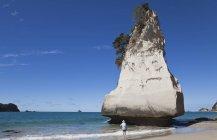 Nuova Zelanda, Coromandel Peninsula, Cathedral Cove, turista a Te Hoho Rock — Foto stock