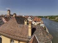 Alemanha, Bavaria, Regensburg, telhados no Rio de Danúbio da cidade velha com a Câmara Municipal de torre de — Fotografia de Stock
