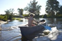 Німеччина, Бранденбург, хлопчик paddeling на річки Шпрее — стокове фото