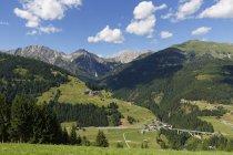 Village d'Alpes Carniques, Leschatal, Autriche, Carinthie, Xaverlberg pendant dayitme — Photo de stock