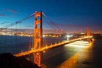 USA, Californie, vue du Golden Gate Bridge et la baie de San Francisco, éclairée la nuit — Photo de stock