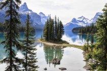 Canadá, Alberta, Jasper nacional Park, montaña de Maligne, Maligne Lake, Isla Espíritu - foto de stock
