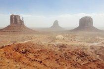 Вид на пам'ятник долини під час при денному світлі, штат Юта, США — стокове фото