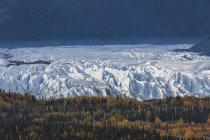Hugach Mountains, Matanuska Glacier and River in autumn, Alaska, USA — Photo de stock
