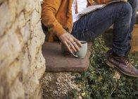 Junger Mann sitzt auf Stufen und macht Kaffeepause, Teilsicht — Stockfoto