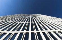 Німеччина, Гессен, Франкфурт, офісної будівлі проти синього неба — стокове фото