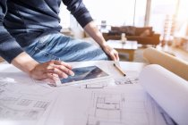 Архитектор работает на дому — стоковое фото
