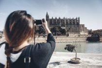 Туристический принимая фотография собора Ла Сеу — стоковое фото