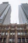 Australia, Nuovo Galles del Sud, Sydney, vista sui grattacieli e sul vecchio edificio di fronte — Foto stock