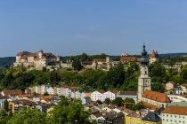 Німеччина, Баварія, Burghausen, міський пейзаж з замку та костелу пташиного польоту — стокове фото