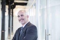 Homme d'affaires, souriant en toute confiance — Photo de stock