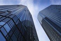 Vista dal basso delle facciate dei grattacieli di Deutsche Bank, Francoforte, Germania — Foto stock