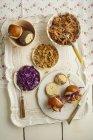 Мини бургер с вытащил свинины, красной капустой и жареным луком на лоток — стоковое фото