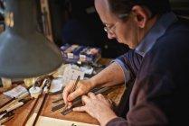 Скрипка maker різання шпону смуги в майстерні — стокове фото