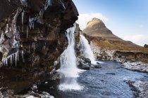Islândia, Península de Snaefellsnes, Grundafjoerdur, Kirkjufell, cachoeira durante o dia — Fotografia de Stock