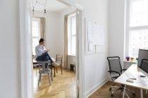 Junge Frau mit digital-Tablette in office — Stockfoto