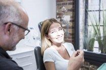 Donna che consulta dal dentista al gabinetto — Foto stock
