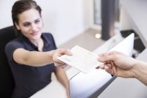 Receptionist consegna prescrizione al paziente — Foto stock