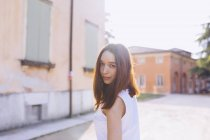 Frau blickt in Kamera — Stockfoto