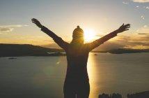 Siluetta di Perù, isola di Amantani, della donna con le braccia alzate, godersi il tramonto dalla cima di Pachamama — Foto stock