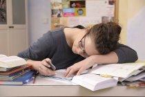 Жіночий учень з смартфон на її столі — стокове фото