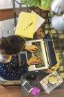 Giovane donna che lavora con il computer portatile a casa — Foto stock